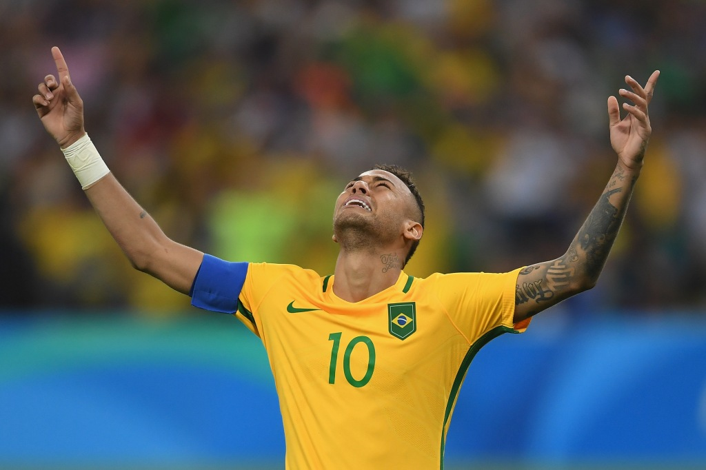RIO DE JANEIRO, BRAZIL - AUGUST 20: Neymar of Brazil celebrates scoring the winning penalty in the penalty shoot out during the Men's Football Final between Brazil and Germany at the Maracana Stadium on August 20, 2016 in Rio de Janeiro, Brazil. (Photo by Laurence Griffiths/Getty Images)