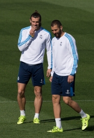 Real Madrid's Gareth Bale, left and Karim Benzema walk together during a training session in Madrid, Spain Monday Sept. 14, 2015. Real Madrid will play Shakhtar Donetsk Tuesday in a Group A Champions League soccer match. (AP Photo/Paul White)