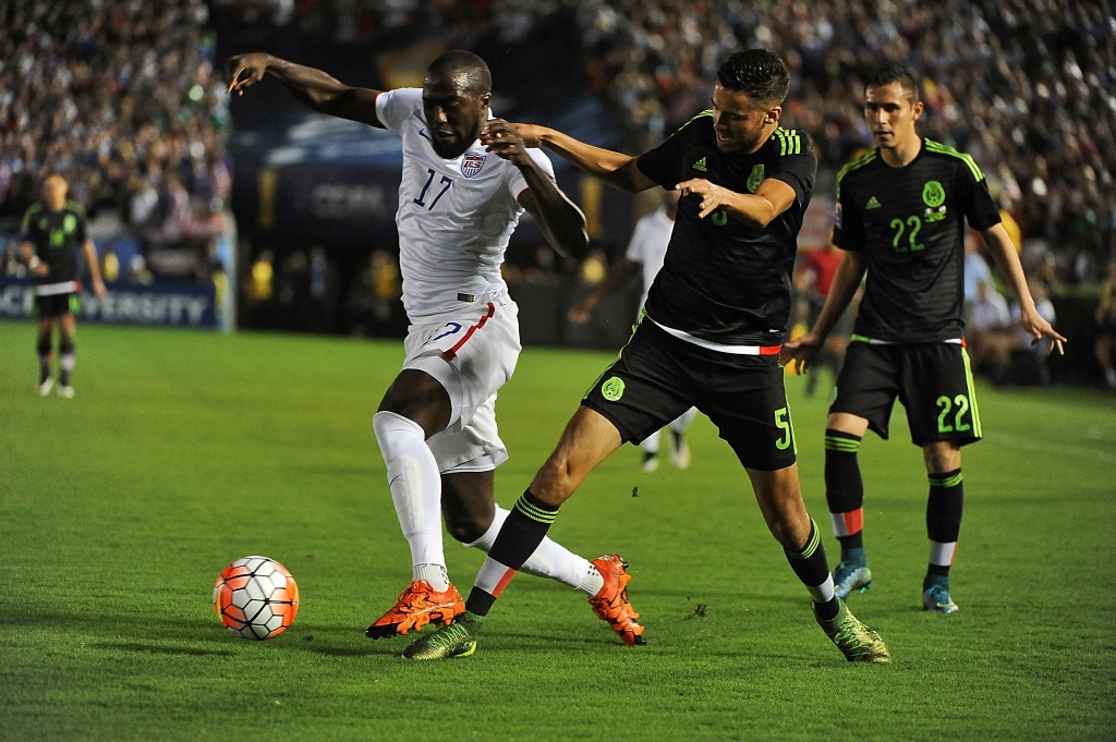 PASADENA, CA - OCTOBER 10: Jozy Altidore #17 of the United States moves the ball past Diego Reyes #5 of Mexico during the 2017 FIFA Confederations Cup Qualifier at Rose Bowl on October 10, 2015 in Pasadena, California. (Photo by Jonathan Moore/Getty Images)