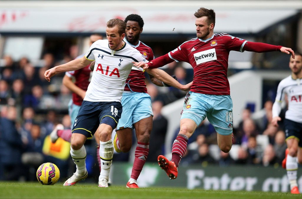 LONDON, ENGLAND - FEBRUARY 22: Harry Kane of Spurs is challenged by Carl Jenkinson of West Ham during the Barclays Premier League match between Tottenham Hotspur and West Ham United at White Hart Lane on February 22, 2015 in London, England. (Photo by Paul Gilham/Getty Images)