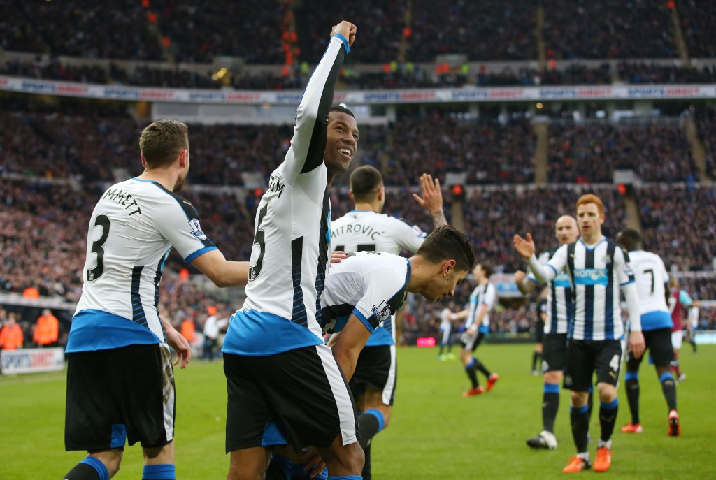 NEWCASTLE UPON TYNE, ENGLAND - JANUARY 16: Georginio Wijnaldum of Newcastle United celebrates scoring his team's second goal with his team mates during the Barclays Premier League match between Newcastle United and West Ham United at St. James' Park on January 16, 2016 in Newcastle, England. (Photo by Ian MacNicol/Getty Images)