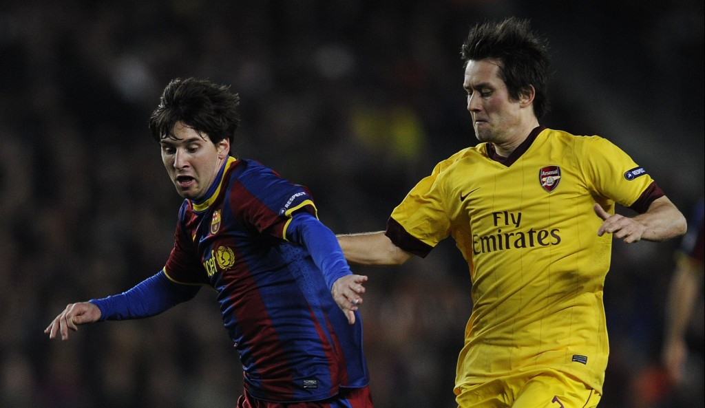 BARCELONA, SPAIN - MARCH 08: Lionel Messi of FC Barcelona (L) duels for the ball against Tomas Rosicky of Arsenal during the UEFA Champions League round of 16 second leg match between Barcelona and Arsenal at the Camp Nou stadium on March 8, 2011 in Barcelona, Spain. Barcelona won 3-1. (Photo by David Ramos/Getty Images)