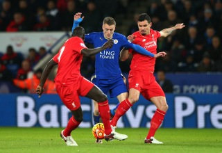 LEICESTER, ENGLAND - FEBRUARY 02: Jamie Vardy (C) of Leicester City controls the ball against Dejan Lovren (R) and Mamadou Sakho (L) of Liverpool during the Barclays Premier League match between Leicester City and Liverpool at The King Power Stadium on February 2, 2016 in Leicester, England. (Photo by Matthew Lewis/Getty Images)