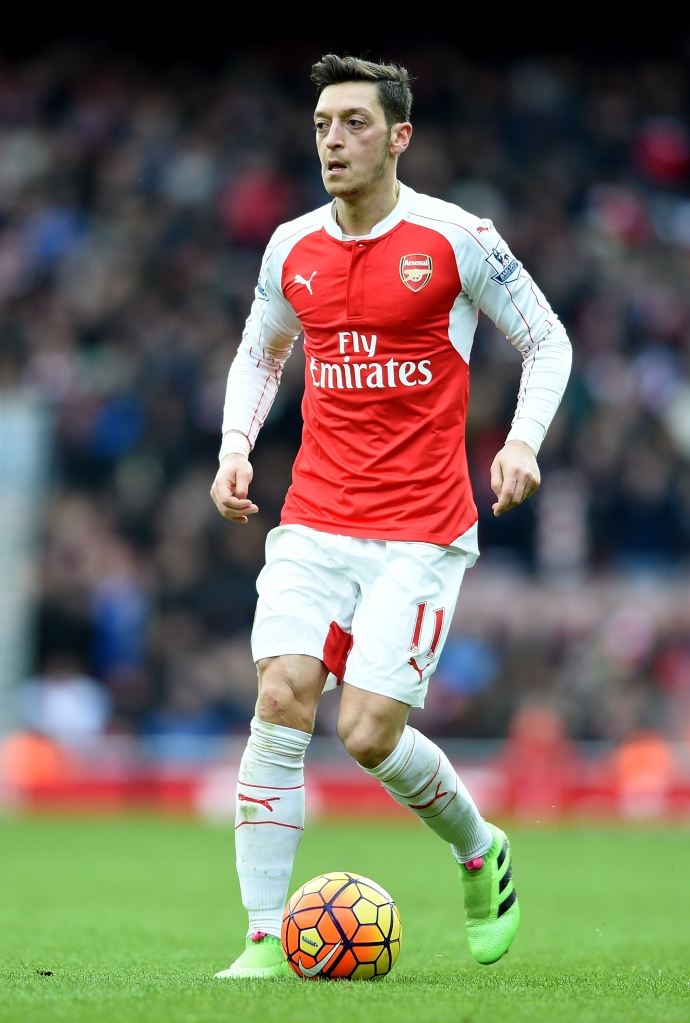 LONDON, ENGLAND - FEBRUARY 14:  Mesut Ozil of Arsenal in action during the Barclays Premier League match between Arsenal and Leicester City at the Emirates Stadium February 14, 2016 in London, England.  (Photo by Ross Kinnaird/Getty Images)