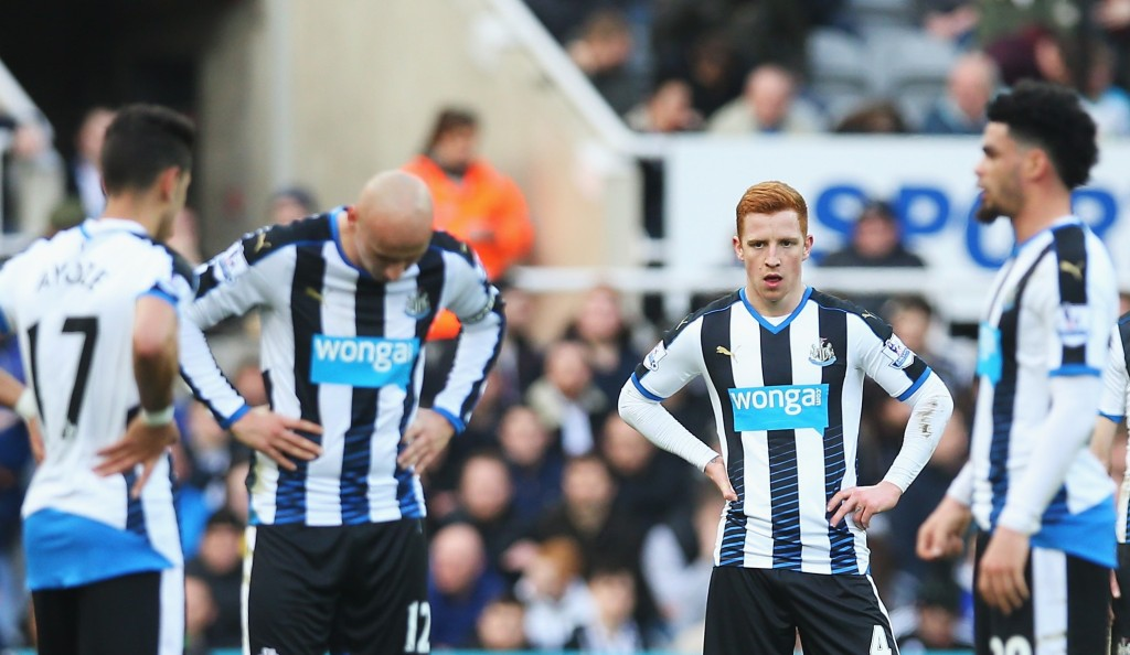 NEWCASTLE UPON TYNE, ENGLAND - MARCH 05: Newcastle United playes show their dejection after Bournemouth's first goal during the Barclays Premier League match between Newcastle United and A.F.C. Bournemouth at St James' Park on March 5, 2016 in Newcastle upon Tyne, England. (Photo by Ian MacNicol/Getty Images)