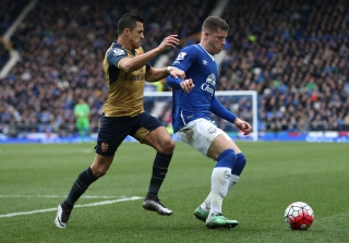 LIVERPOOL, ENGLAND - MARCH 19: Ross Barkley of Everton and Alexis Sanchez of Arsenal compete for the ball during the Barclays Premier League match between Everton and Arsenal at Goodison Park on March 19, 2016 in Liverpool, England. (Photo by Chris Brunskill/Getty Images)