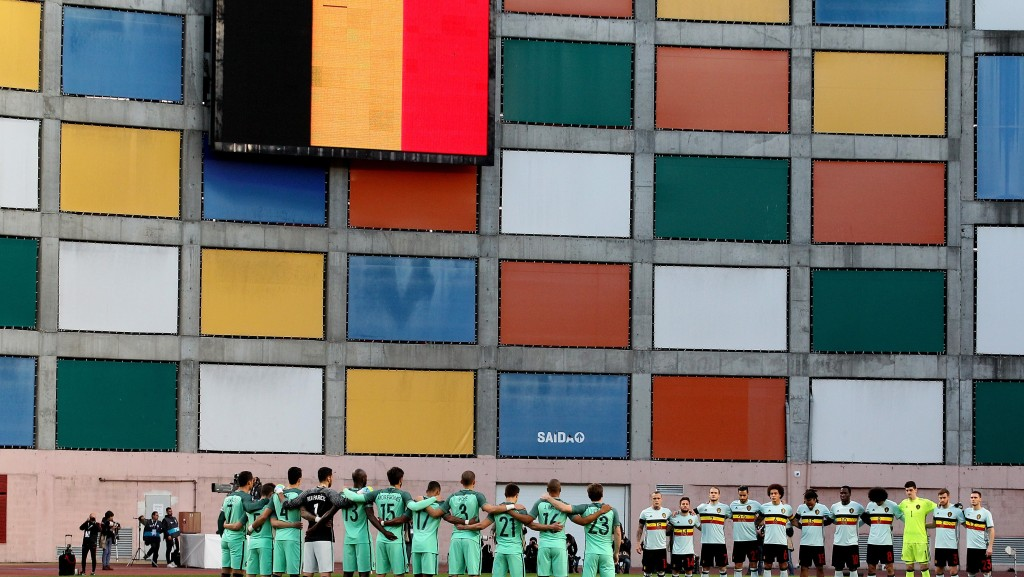 LEIRIA, PORTUGAL - MARCH 29: Both team take one minute of silence in memorial of the Bruxelles victims during the match between Portugal and BelgiumFriendly International at Estadio Municipal de Leiria on March 29, 2016 in Lisbon, Portugal. (Photo by Carlos Rodrigues/Getty Images)