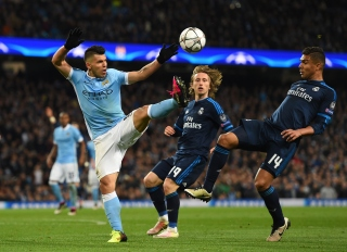 MANCHESTER, ENGLAND - APRIL 26: Sergio Aguero of Manchester City and Casemiro of Real Madrid CF battle for the ball during the UEFA Champions League Semi Final first leg match between Manchester City FC and Real Madrid at the Etihad Stadium on April 26, 2016 in Manchester, United Kingdom. (Photo by Shaun Botterill/Getty Images)