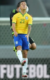 SAO PAULO, BRAZIL- JUNE 07: Phillipe Coutinho #21 of Brazil competes for the ball during the International Friendly Match between Brazil and Mexico at Allianz Parque on June 7, 2015 in Sao Paulo, Brazil. (Photo by Buda Mendes/Getty Images)
