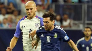 HOUSTON, TX - JUNE 21: Lionel Messi #10 of Argentina dribbles the ball against Michael Bradley #4 of United States in the first half during a 2016 Copa America Centenario Semifinal match at NRG Stadium on June 21, 2016 in Houston, Texas. (Photo by Scott Halleran/Getty Images)