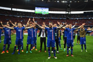 PARIS, FRANCE - JUNE 22: Iceland players celebrate victory in the UEFA EURO 2016 Group F match between Iceland and Austria at Stade de France on June 22, 2016 in Paris, France. (Photo by Shaun Botterill/Getty Images)