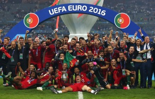 PARIS, FRANCE - JULY 10: Portugal players and staffs celebrate after their 1-0 win against France in the UEFA EURO 2016 Final match between Portugal and France at Stade de France on July 10, 2016 in Paris, France. (Photo by Lars Baron/Getty Images)