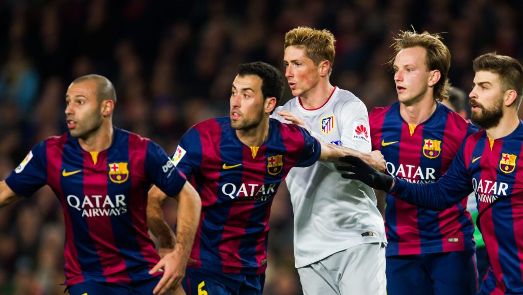 BARCELONA, SPAIN - JANUARY 11: Fernando Torres of Club Atletico de Madrid is surrounded by (L-R) Javier Mascherano, Sergio Busquets, Ivan Rakitic, Gerard Pique and Luis Suarez of FC Barcelona during the La Liga match between FC Barcelona and Club Atletico de Madrid at Camp Nou on January 11, 2015 in Barcelona, Spain. (Photo by Alex Caparros/Getty Images)
