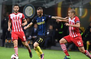 MILAN, ITALY - OCTOBER 20: (L-R) Marcelo Brozovic of FC Internazionale competes for the ball with Oriol Romeu of Southampton FC during the UEFA Europa League match between FC Internazionale Milano and Southampton FC at Giuseppe Meazza Stadium on October 20, 2016 in Milan, . (Photo by Pier Marco Tacca/Getty Images)
