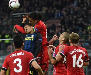 MILAN, ITALY - OCTOBER 20: (L-R) Jeison Murillo of FC Internazionale competes for the ball with Virgil Van Dijk of Southampton FC during the UEFA Europa League match between FC Internazionale Milano and Southampton FC at Giuseppe Meazza Stadium on October 20, 2016 in Milan, . (Photo by Pier Marco Tacca/Getty Images)