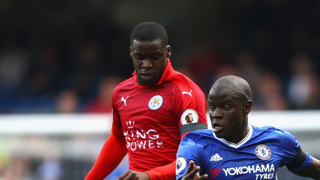 LONDON, ENGLAND - OCTOBER 15: Jeffrey Schlupp of Leicester City (L) and N'Golo Kante of Chelsea (R) battle for possession during the Premier League match between Chelsea and Leicester City at Stamford Bridge on October 15, 2016 in London, England. (Photo by Ian Walton/Getty Images)